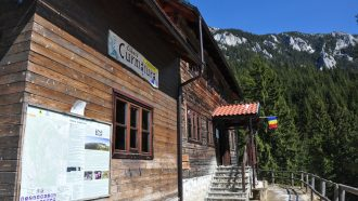 Curmatura mountain hut